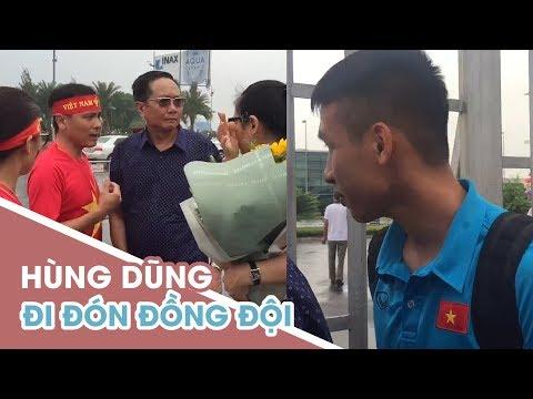 Hùng Dũng và bố mẹ Quang Hải, Văn Toàn đội mưa chờ đón Olympic Việt Nam