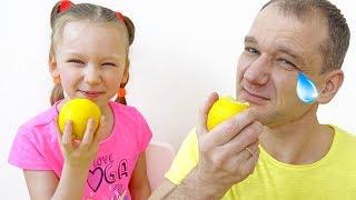 Лиза и папа играют в челлендж вредные сладости и настоящее