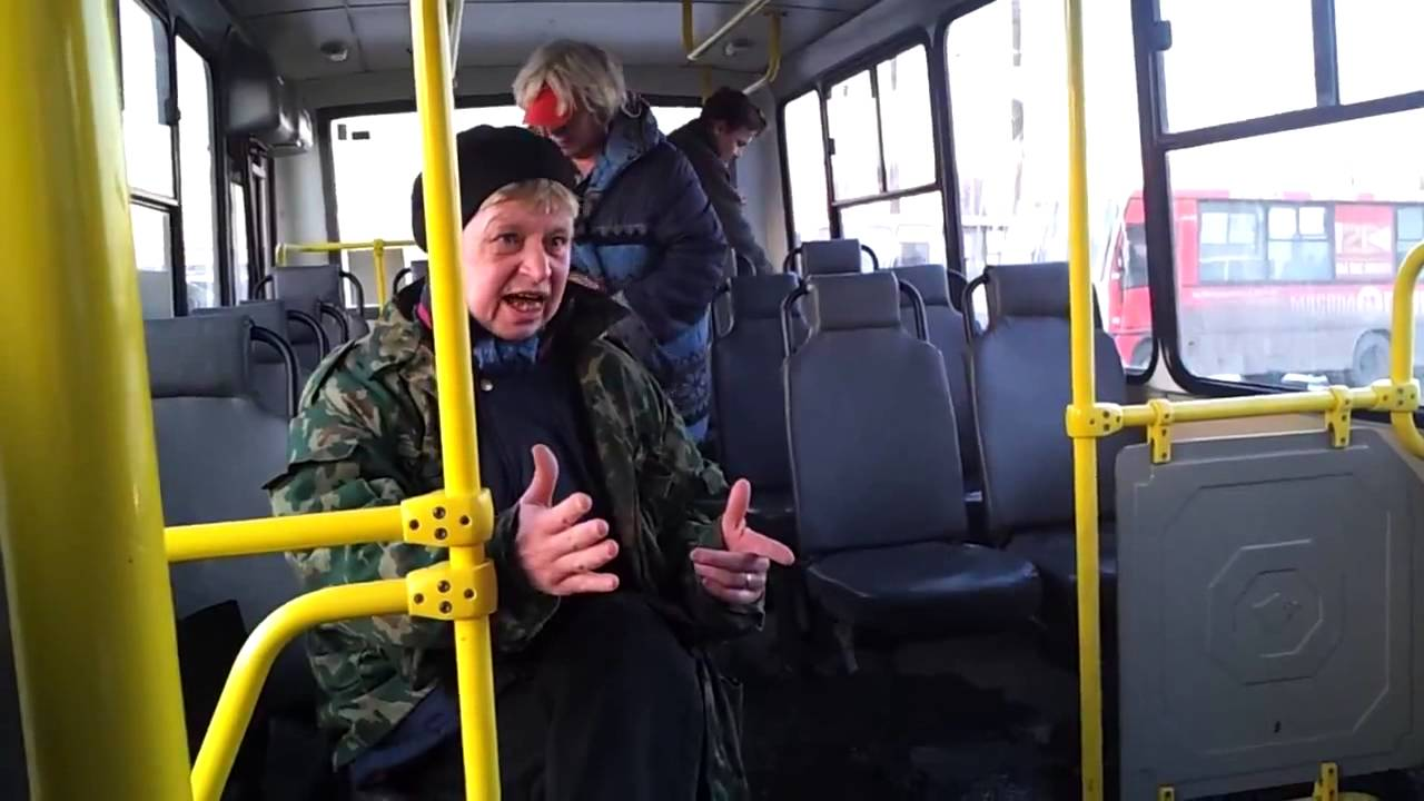 сидит в автобусе и петтинг