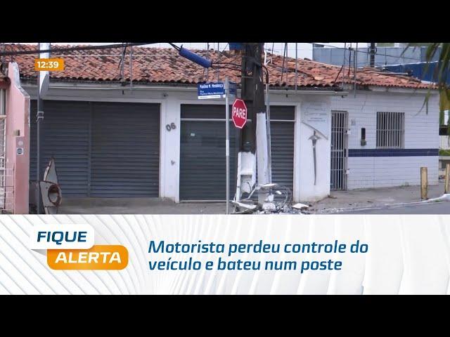 Motorista perdeu controle do veículo e bateu num poste na Avenida Gustavo Paiva, em Mangabeiras