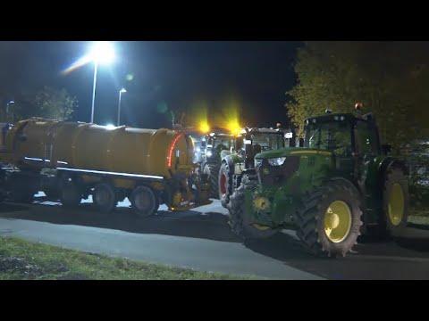 Download Bauernproteste in Rostock: Traktoren versperren Zufahrten des Lidl-Zentrallagers