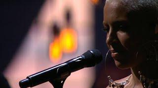 Loreen sjunger