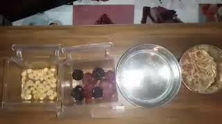 Чем кормить Ожерелового попугая. Фрукты,  витамины, вода.