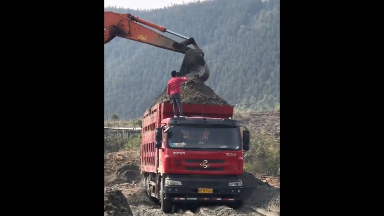Enjoy roar of engine--Win compilation 【E4】of crazy china overload tipper truck