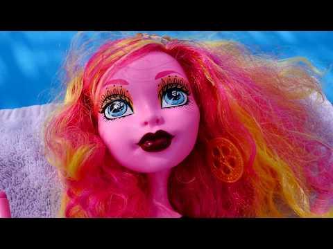 Монстр Хай ВИДЕО С КУКЛАМИ! 🏖️ Элис и кукла Гулиопа  плавают на надувном матраце и едят осьминога!