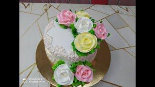 Торт с большими открытыми розами