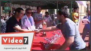 هشام حنفى وبيبو يسلمان كأس اليوم الرياضى لطلاب جامعة أكتوبر
