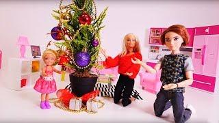 Семья Барби украшает Новогоднюю Ёлочку! Видео для девочек.