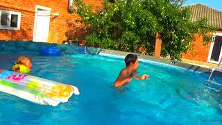 Кирилл и Аурика купаются в большом бассейне.