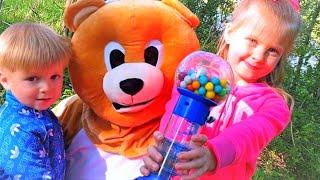 Эльвира и Райан играют с медведем Видео для малышей