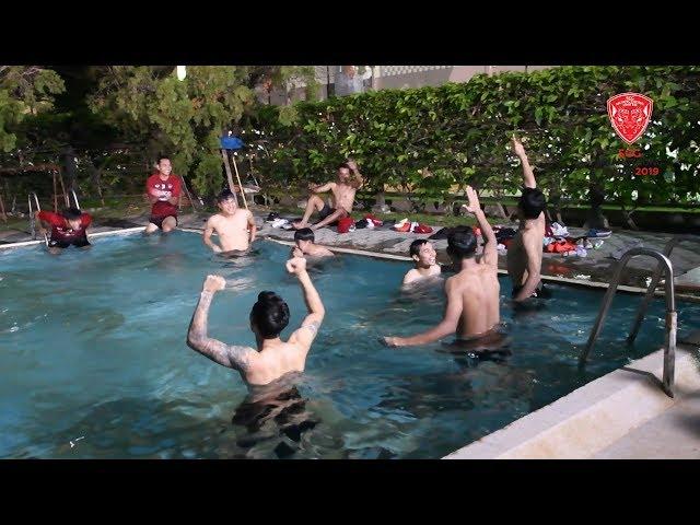 พี่มุ้ย - พี่ไมค์ จับน้องๆแข่งว่ายน้ำกัน (หลังซ้อม )และอำ เจ้าเกมส์ ศนุกรานต์ ซะ ว่าชนะทุกคน