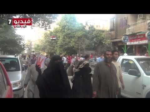 بالفيديو  شباب حلمية الزيتون يتجاهلون مسيرة  الإخوان بلعب الطولة على المقهى