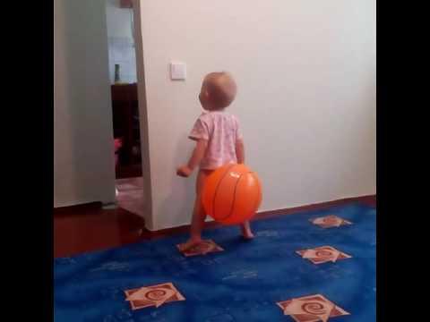Когда шарик прилип к попе😂🙈