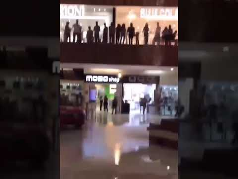 McKiddy - VIDEO: A Band Plays the Titanic Song While a Mall Is Flooding