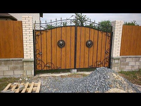 Забор из металлопрофиля и кирпичные столбы