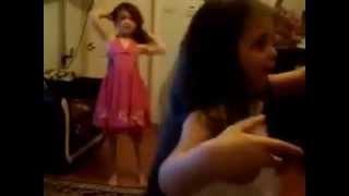 Küçük Kızların Harika Dansı