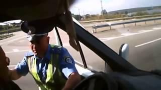 Украинский гаишник набросился на водителя авто с донецкими номерами