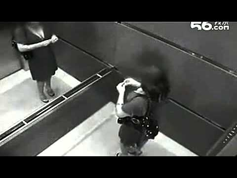 Cảnh nóng trong thang máy gây sốc.