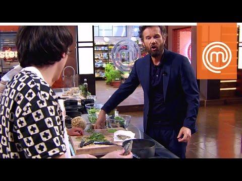 Cracco vs. Michele G.: l'apertura delle ostriche   MasterChef Italia 6
