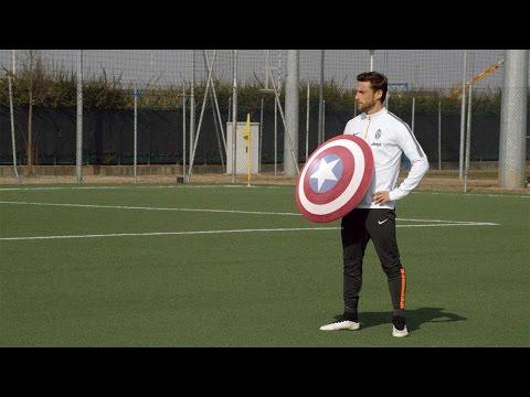 Piłkarze Juventusu w rolach superbohaterów
