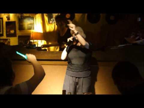 Valeria Lynch cantó en Pizza Sing Karaoke, Punta del Este