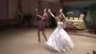Невеста отжигает на своей свадьбе