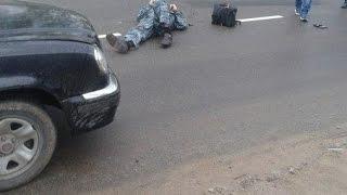 Автомобиль сбил двух пешеходов.