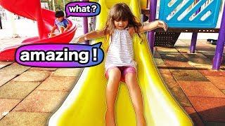 Brincando no Parquinho Infantil Clara Fala Mais Inglês que Americano!