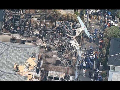 東京・調布、軽飛行機墜落=住宅街、民家炎上