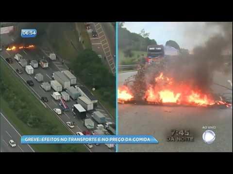 Manifestantes colocam fogo em pneus e param trânsito em rodovia de São Paulo
