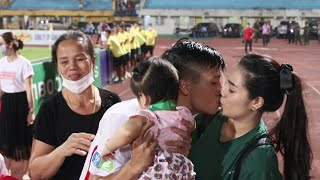 Trung vệ Bùi Tiến Dũng hôn môi vợ đầy tình cảm sau trận chung kết Cup Quốc Gia với Hà Nội FC