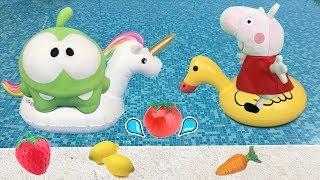 Om Nom de juguete y peppa pig en español: la cerdita busca la comida en la piscina.Videos de pepa