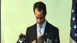"""Anthony Weiner Press Conference: Hecklers Yell """"Goodbye Pervert!"""" (06.16.11)"""