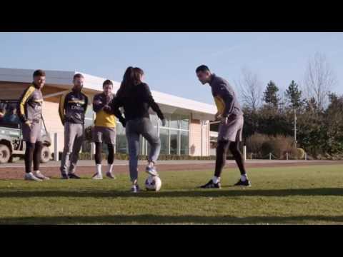 Игроки Арсенала против девушки с мячом