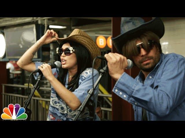 Miley Cyrus cantó en el metro de Nueva York con Jimmy Fallon