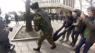 06 03 2014 ФЕМЕН ПОБИЛИ В СИМФЕРОПОЛЕ FEMEN FIGHT Новости Украины Ukraine ОнЛайн