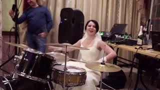 Невеста играет на барабанах