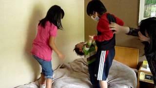 従姉妹ファミリーと鬼怒川旅行。お行儀が悪いと知りつつ、ベッドで遊ぶ...