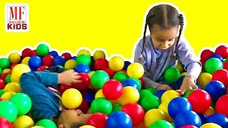 """""""The Ball Pit Show"""" Giant Slides Indoor - for learning Colours u0026 Numbers - 儿童影片"""