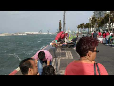 Walking in 20-to-40 knot winds NW of Hotel Emporio, Veracruz, Mexico, 2017-01-28