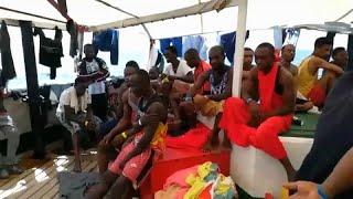شاهد: سفينة إنقاذ تبحث عن ميناء لإنزال 124 مهاجرا بعد انتشالهم من البحر المتوسط…