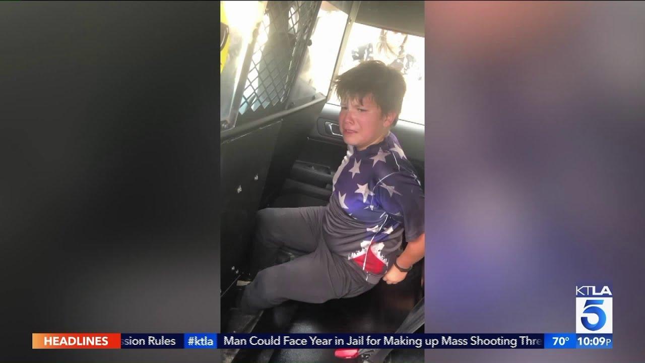 Bimbo con Autismo ammanettato dentro la macchina della polizia