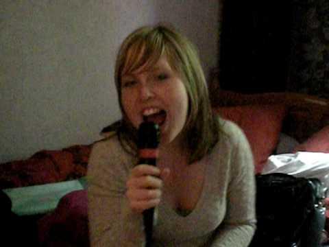 Jill Schampaert en Stefanie knaepen singing karaoke