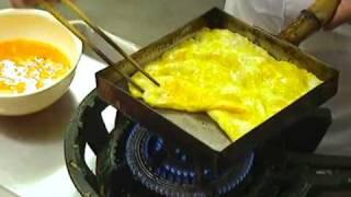 طبخ البيض في احد المطاعم في اليابان