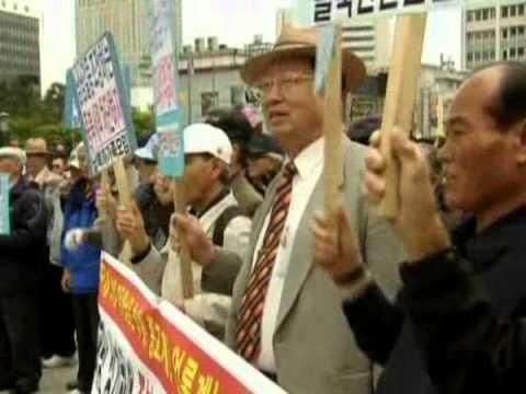 אזרחי דרום קוריאה מפגינים נגד צפון קוריאה (וידאו)
