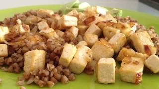 Жареный тофу с луком и чесноком.Источник полноценного растительного белка.
