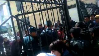 Вокзал в столице Каракалпакстана в Нукусе(Милиция охраняет закрытые ворота вокзала каракалпакской столицы Нукуса при прибытии поезда из Алматы,..., 2014-03-26T08:48:41.000Z)