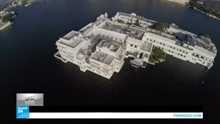 قصر ملكي يطفو على سطح الماء!