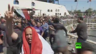 سيل من المحتجين يقتحم حاجزا قرب المنطقة الخضراء في بغداد     18-3-2016