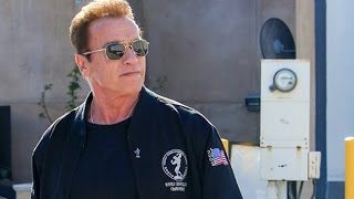 Repeat youtube video Arnold Schwarzenegger Is Attacked At Cafe Roma
